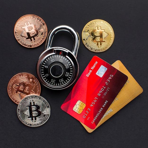 Вид сверху кредитных карт с замком и биткойнами Бесплатные Фотографии