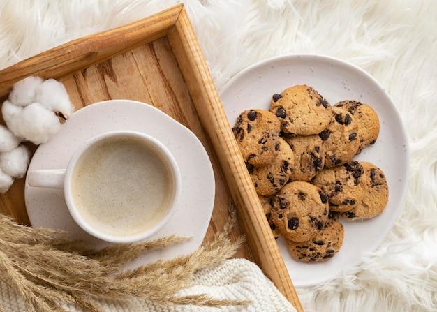 クッキーと綿の花と一杯のコーヒーの上面図 Premium写真