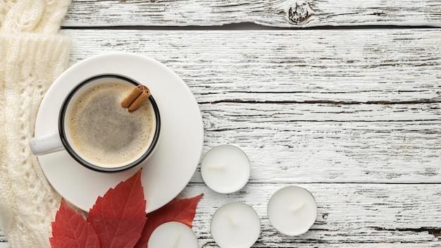 葉とキャンドルとコーヒーのカップの上面図 Premium写真