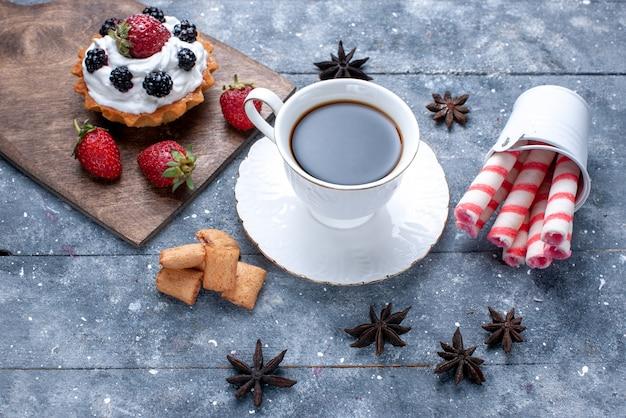明るい床に赤いイチゴクッキーピンクスティックキャンディーとコーヒーのカップの上面図クッキーキャンディーコーヒービスケットベリー 無料写真