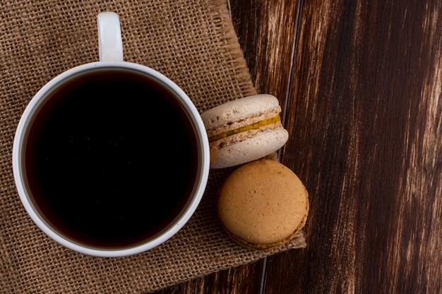 荒布とコピースペースを持つ木製の背景にお茶とクッキーのサンドイッチのトップビュー 無料写真