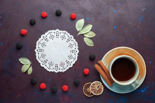 Вид сверху на чашку чая с ягодами конфитюра на темной поверхности Бесплатные Фотографии