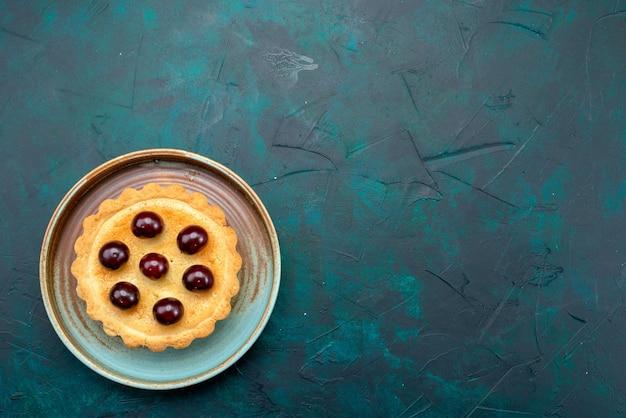 Вид сверху кекса с вишней и прохладной тарелкой Бесплатные Фотографии