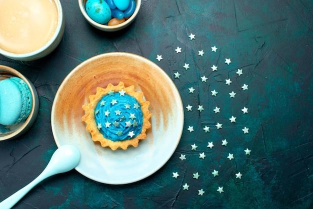 ダークブルーにクールな星と影の装飾が施されたカップケーキの上面図、 無料写真