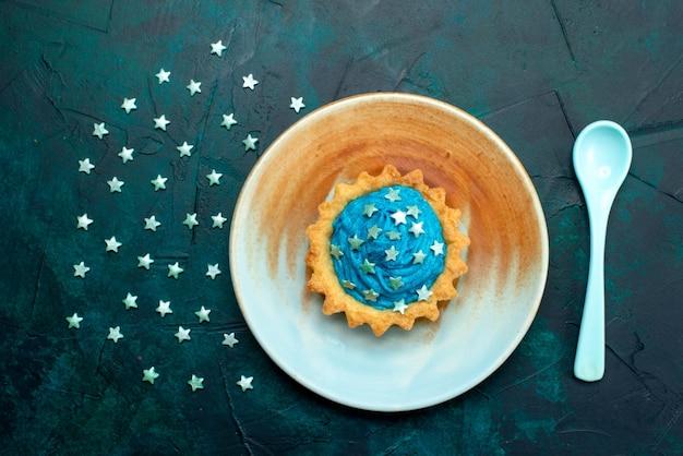 興味深い影の効果と星の装飾が施されたカップケーキの上面図 無料写真