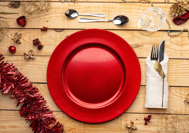 축제 나무 배경에 칼 붙이 및 접시의 상위 뷰 무료 사진