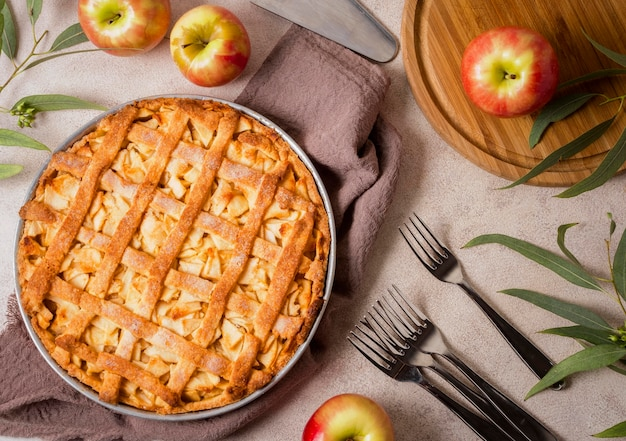 Вид сверху вкусного яблочного пирога на день благодарения с вилками Premium Фотографии