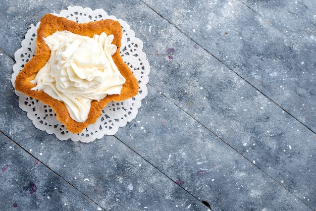 Вид сверху на вкусный запеченный торт в форме звезды с белым вкусным кремом внутри на свету, сахарный сладкий крем-чай с сахаром Бесплатные Фотографии