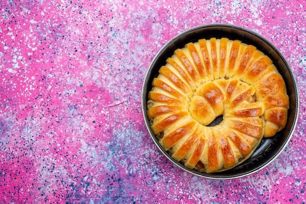 軽いペストリークッキービスケットスイートシュガーの鍋の中に形成されたおいしい焼き菓子バングルの上面図 無料写真