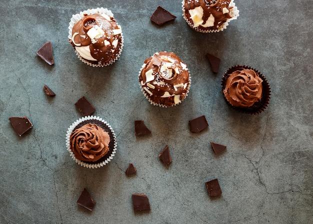 Вид сверху вкусных шоколадных кексов Бесплатные Фотографии