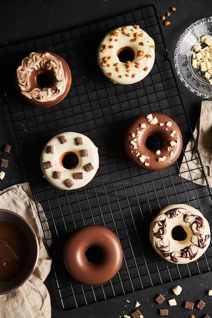 トレイに美味しいチョコレート艶出しドーナツのトップビュー 無料写真