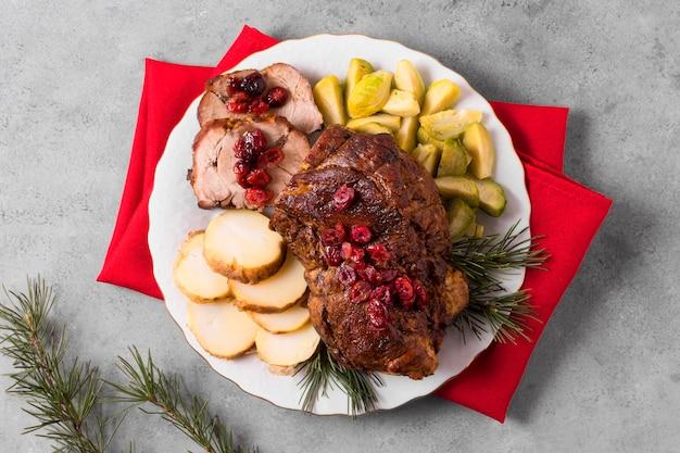 Вид сверху вкусного рождественского стейка с овощами Premium Фотографии