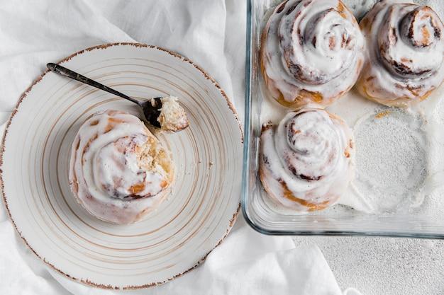 Вид сверху на вкусные булочки с корицей Бесплатные Фотографии