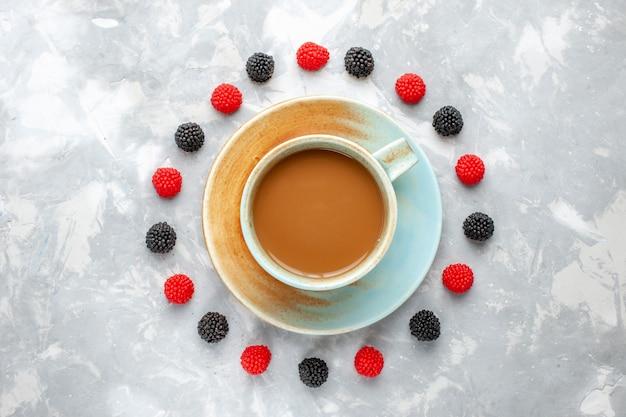 ライトデスクに丸いベリーが並ぶ美味しいコーヒーの上面図、ベリーコーヒードリンクエスプレッソ 無料写真