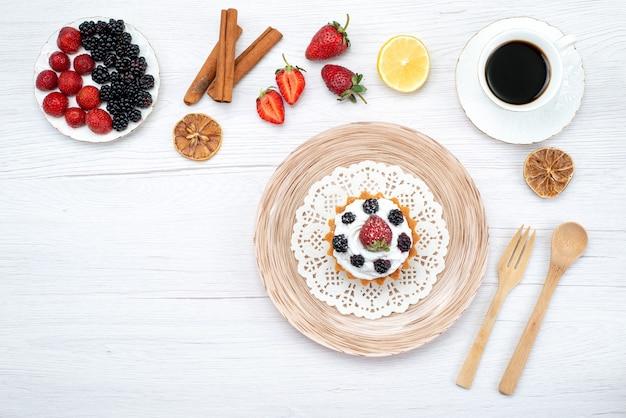 ライト、ケーキの甘い上にベリーシナモンコーヒーとおいしいクリーミーなケーキの上面図 無料写真