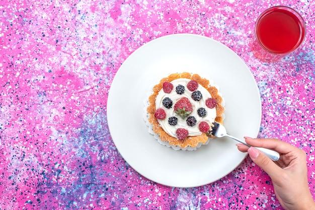 さまざまな新鮮なベリーと明るい光のジュース、新鮮なベリーフルーツのおいしいクリーミーなケーキの上面図 無料写真