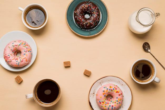 Вид сверху на вкусные пончики Бесплатные Фотографии