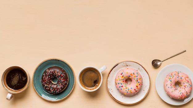 コピースペースとおいしいドーナツのトップビュー Premium写真