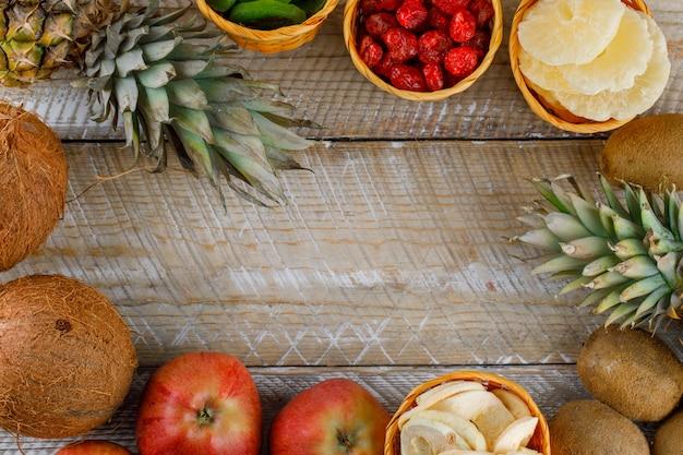 木製の表面においしい果物のトップビュー 無料写真