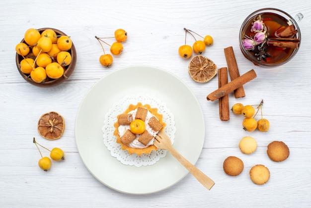 おいしい小さなケーキの上面図と黄色のチェリーシナモンクーキーと軽いお茶、クッキーケーキビスケットスイート 無料写真