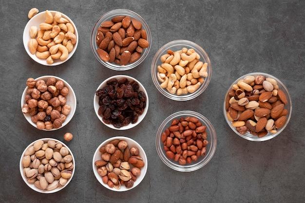 Вид сверху на вкусные орехи Бесплатные Фотографии