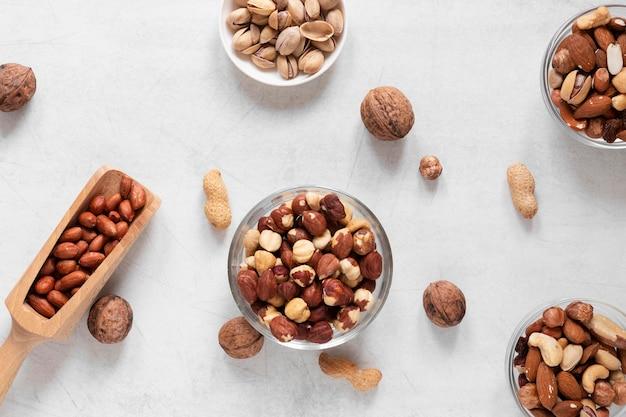 Вид сверху концепции вкусных орехов Premium Фотографии