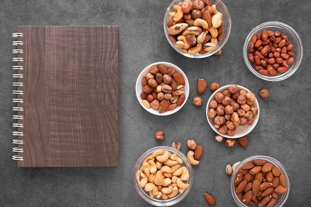 Вид сверху вкусных орехов с копией пространства Premium Фотографии