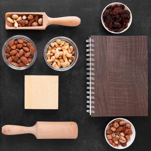 コピースペースのあるおいしいナッツの上面図 無料写真