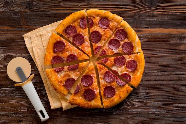 Вид сверху концепции вкусной пиццы Premium Фотографии