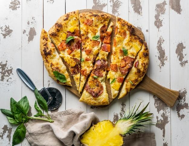 Вид сверху нарезанную кусочками вкусную пиццу с ананасом Бесплатные Фотографии