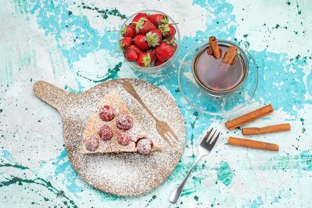 鮮やかなブルーのベリーケーキの甘い焼き生地にお茶を混ぜたおいしいストロベリーケーキスライスしたおいしいケーキシュガーの上面図 無料写真