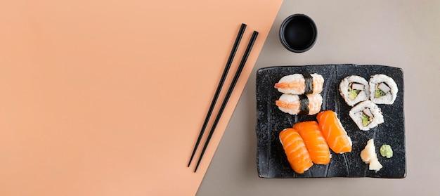 Вид сверху вкусных суши с копией пространства Premium Фотографии