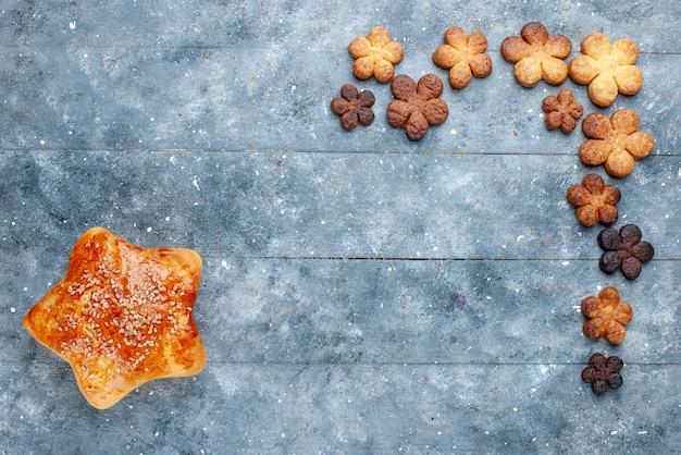 灰色の机の上にクッキーで形作られたおいしい甘いペストリースターの上面図、甘い焼き菓子ケーキ 無料写真