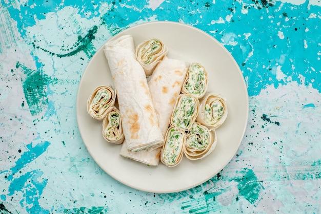 おいしい野菜ロール全体と明るい青色のフードミールロール野菜スナックでスライスした上面図 無料写真