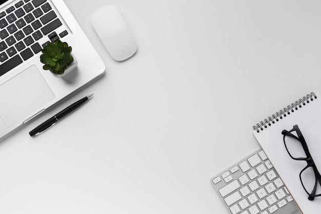 Вид сверху рабочего стола с ноутбуком и сочные Premium Фотографии