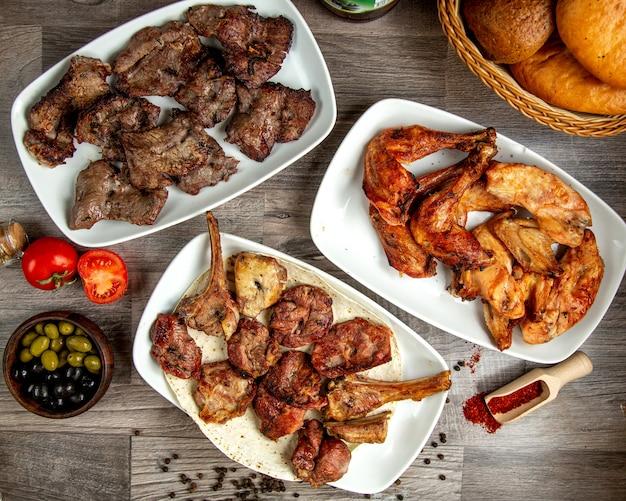 Взгляд сверху различных видов ребер цыпленка и ягненка говядины шашлыков на деревянном столе Бесплатные Фотографии