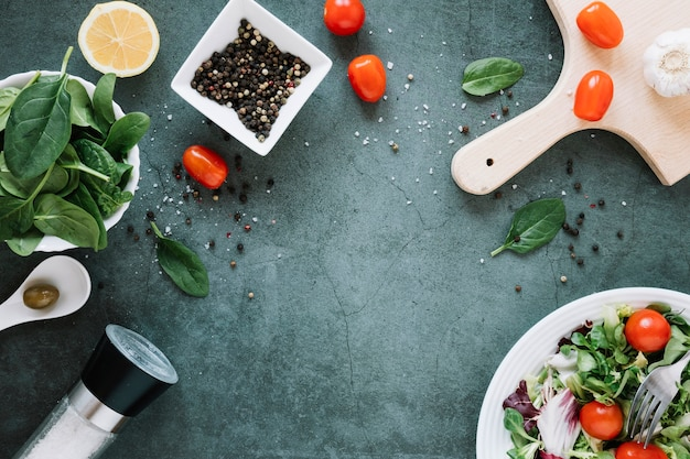 コピースペースとコショウとチェリートマトの料理のトップビュー 無料写真