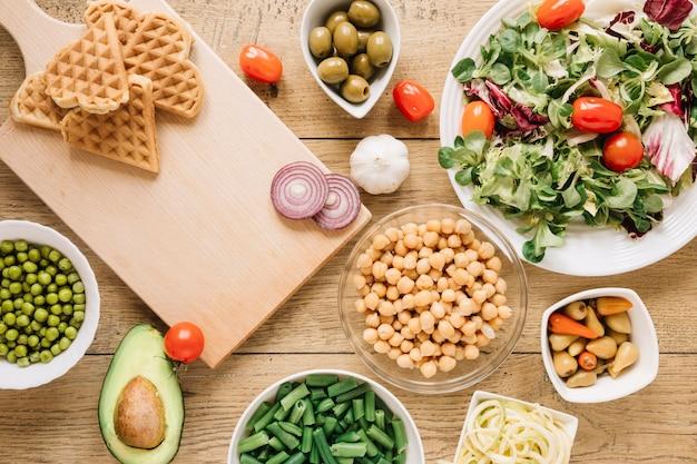 ワッフルとサラダの料理のトップビュー 無料写真