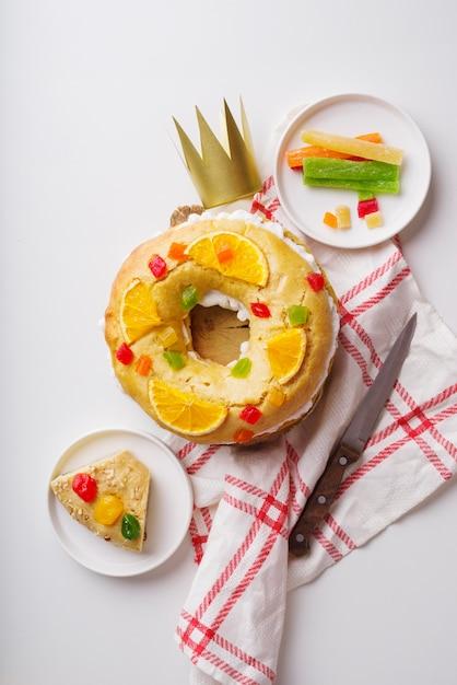 お菓子と紙の王冠とエピファニーの日のデザートの上面図 無料写真