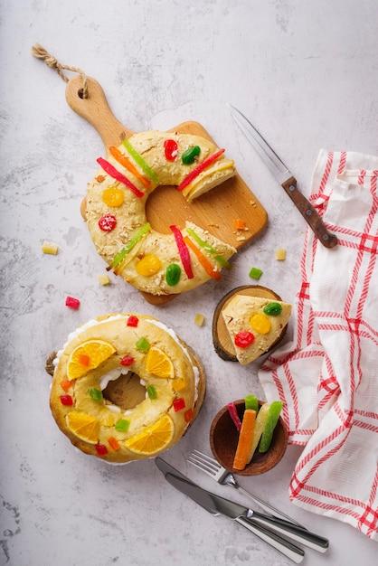 お菓子とエピファニーの日のデザートの上面図 無料写真