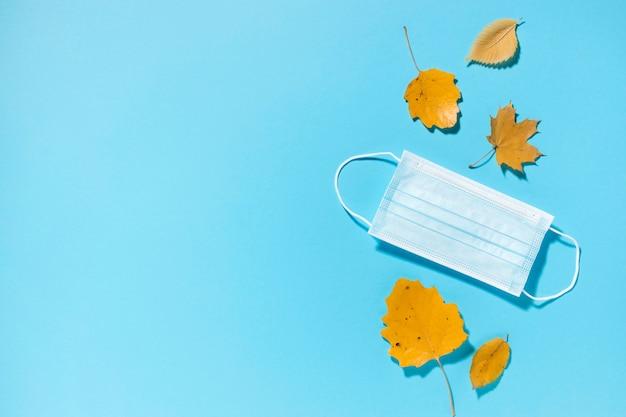 가을의 상위 뷰 의료 마스크 및 복사 공간 나뭇잎 무료 사진