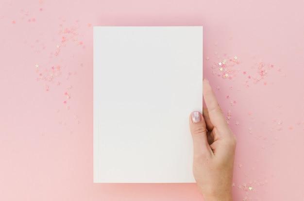 ノートブックを持っている女性の手の上から見る 無料写真
