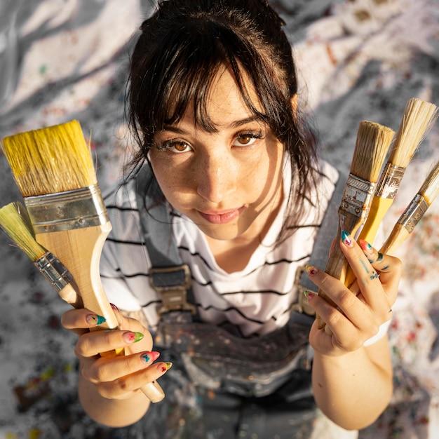 絵筆を持つ女性画家の上面図 無料写真
