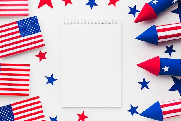 Вид сверху на фейерверк на день независимости с американскими флагами и ноутбуком Бесплатные Фотографии