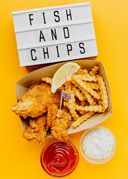 Вид сверху на рыбу и жареный картофель с лайтбоксом и соусом Бесплатные Фотографии