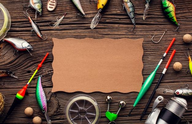 カラフルな餌と紙で釣り道具フレームの平面図 Premium写真
