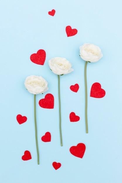 Вид сверху на цветы и сердечки Бесплатные Фотографии
