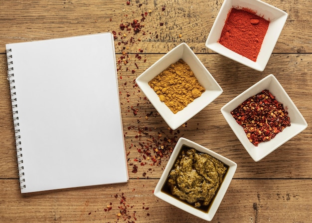 노트북과 향신료와 음식 재료의 상위 뷰 무료 사진