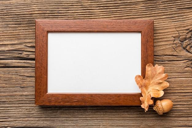 Вид сверху рамы с желудем и осенним листом Бесплатные Фотографии