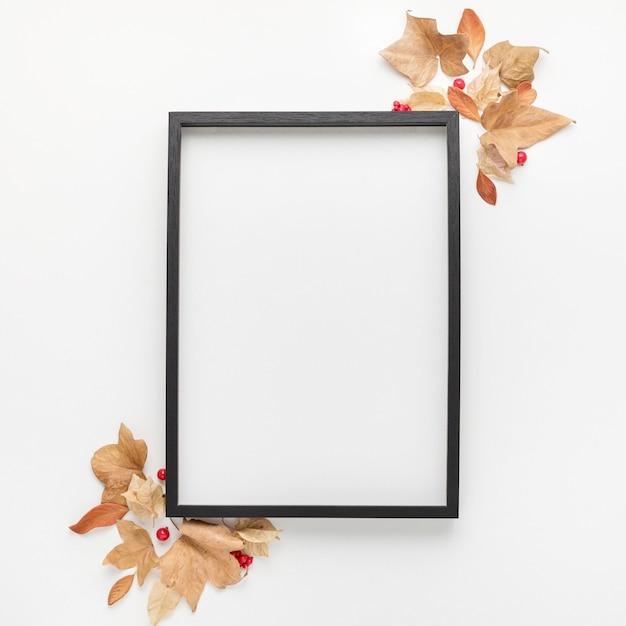 Вид сверху рамки с осенними листьями Premium Фотографии